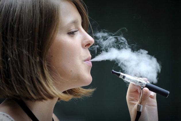 بعد وفاة 42 شخصًا.. أبل تحظر التطبيقات التي تروج للسجائر الإلكترونية