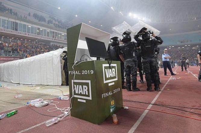 """الجدل مستمر حول قرار """"الطاس"""".. ومصير مباراة نهائي دوري أبطال إفريقيا """"معلق"""""""
