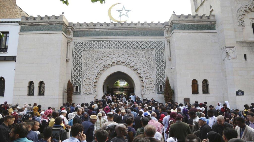 المسلمون في فرنسا يحتفلون الثلاثاء بأول أيام عيد الفطر