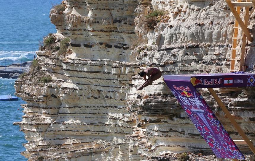 غواصون يقفزون من صخرة الروشة في بيروت