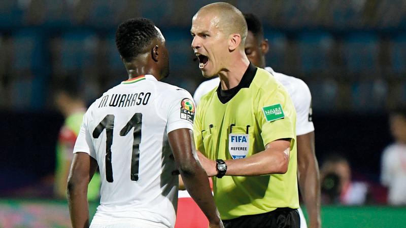 الكاف يعين حكم النهائي بين الجزائر والسنغال