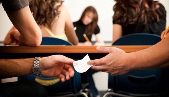 معلم يغطي رؤوس طلابه بصناديق كرتونية (صورة)