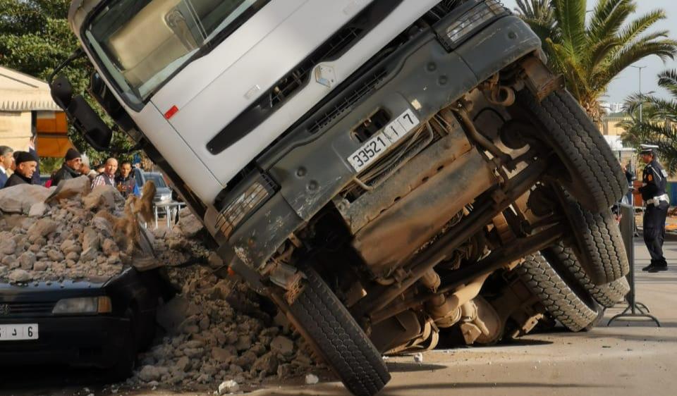 شوارع الدار البيضاء تبتلع الشاحنات والسيارات (فيديو)