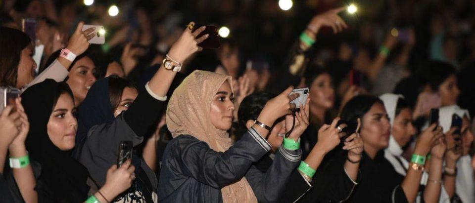 """بـ""""حمالة صدر"""" على مسرح الرياض.. """"روس"""" يستفز السعوديين (فيديو)"""