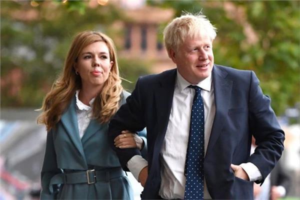 جونسون يقود بريطانيا من المستشفى وهذا وضع صديقته الحامل