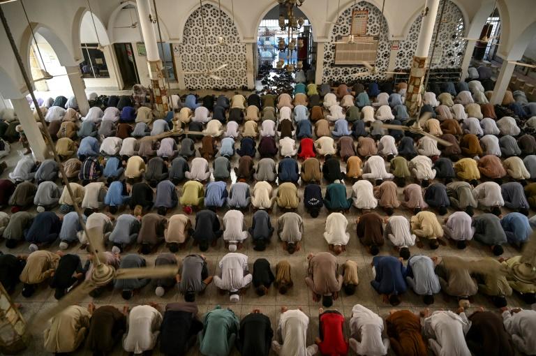 وباء كوفيد-19 ينغّص على المسلمين فرحتهم بعيد الفطر
