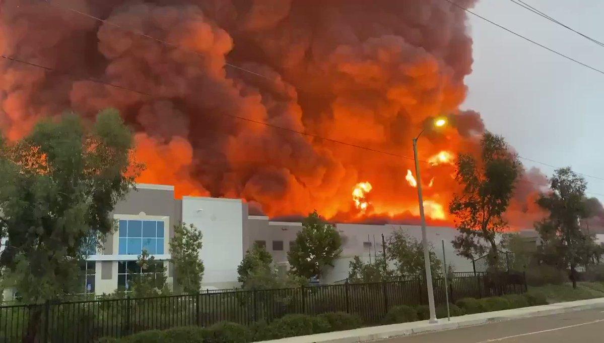 """فيديو.. حريق ضخم يندلع بـ """"أمازون"""""""