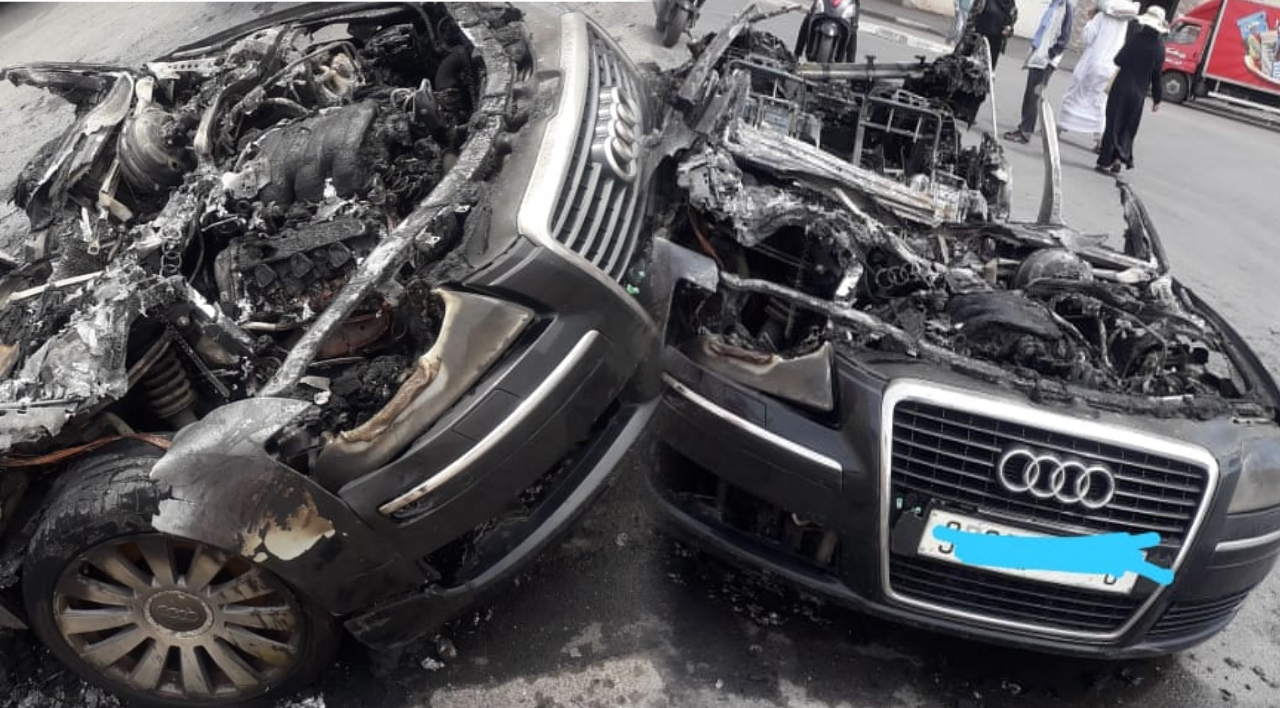 إندلاع حريق بسيارة داخلها شخصان
