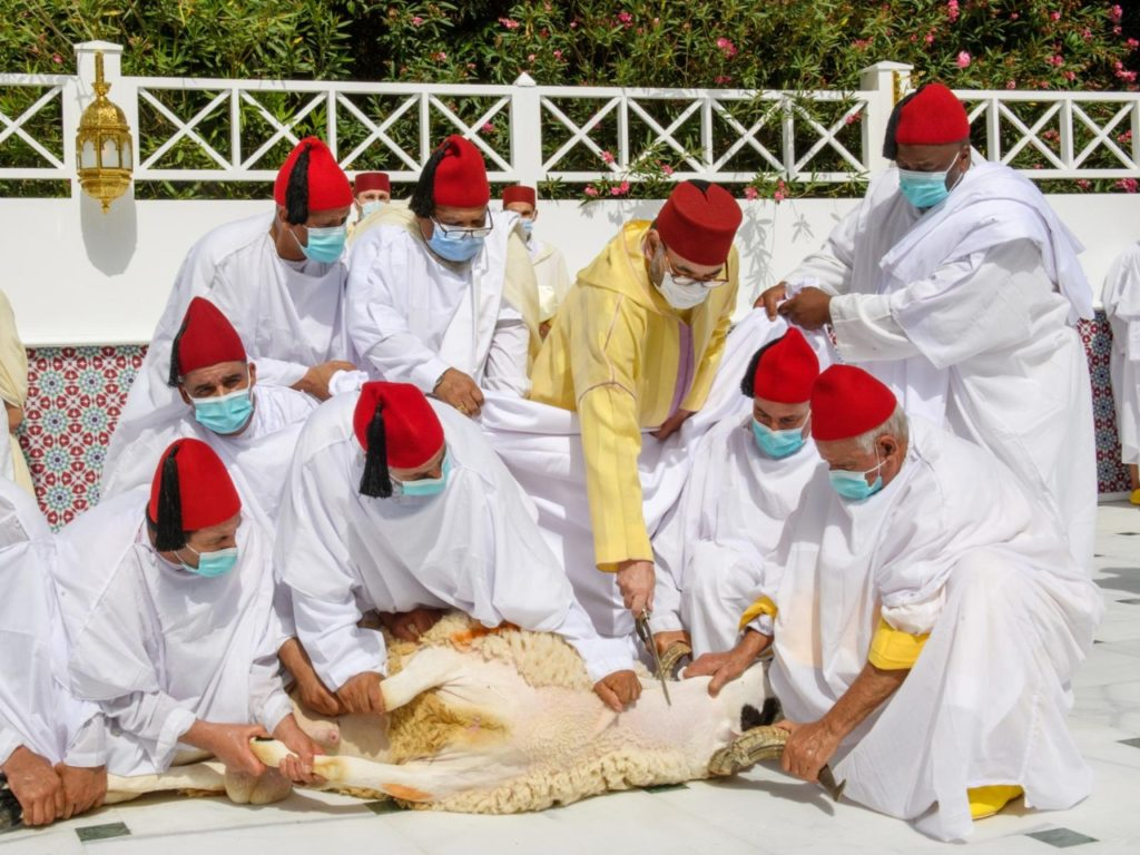 أمير المؤمنين يؤدي صلاة عيد الأضحى ويقوم بنحر أضحية العيد