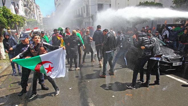 """الجزائر.. دعوة إلى الإفراج """"الفوري واللامشروط"""" عن معتقلي الرأي"""